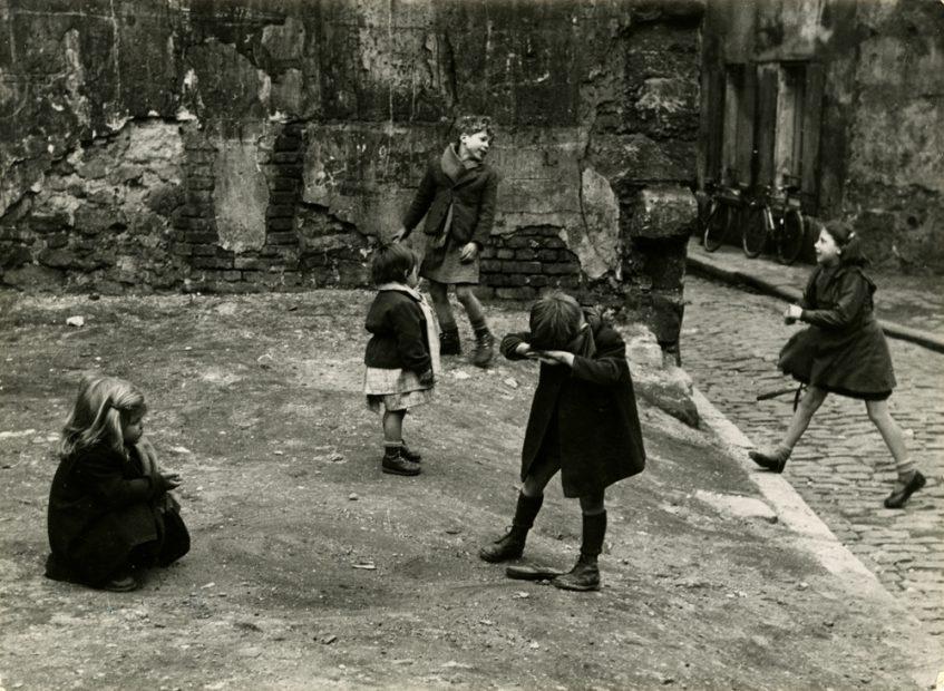 Sabine Weiss <br> Aubervilliers, 1952