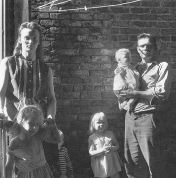 Danny Lyon<br>Mississippi Family, Uptown Chicago, 1965